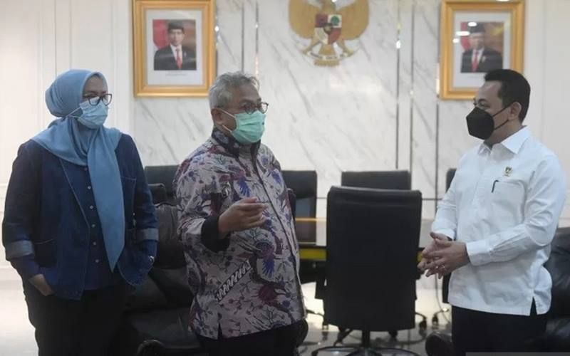 Ketua KPU Arief Budiman (kiri) berbincang dengan Kabareskrim Polri Komjen Pol Listyo Sigit Prabowo (kanan) dalam pertemuan di Gedung KPU, Jakarta, Kamis (3/12/2020). - Antara