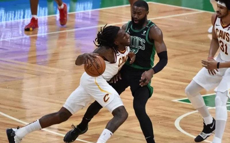 Forward Cleveland Cavaliers Taurean Prince (12) menerobos guard Boston Celtics Jaylen Brown (7)./Antara - Reuters