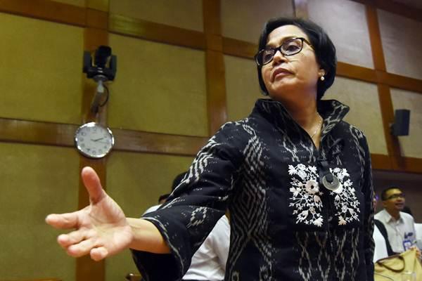 Menteri Keuangan Sri Mulyani bersiap meninggalkan ruangan usai mengikuti rapat kerja dengan Komisi XI DPR di Kompleks Parlemen, Senayan, Jakarta, Senin (4/9). - ANTARA/Akbar Nugroho Gumay