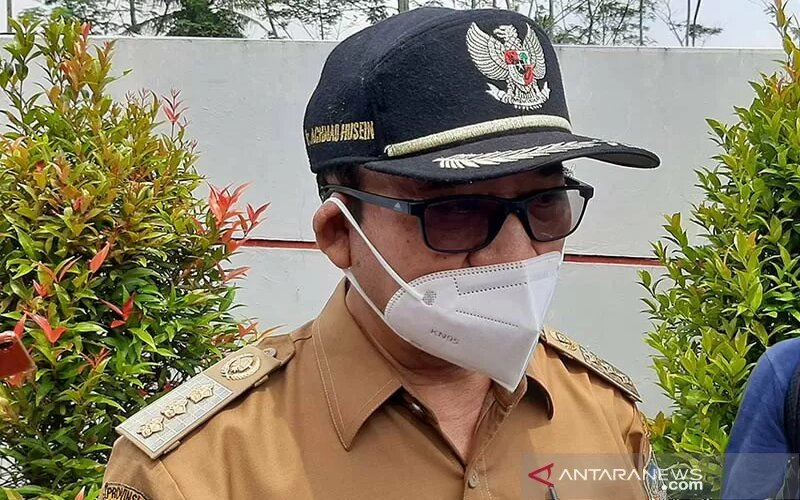 Bupati Banyumas Achmad Husein saat memberi keterangan pers di RSUD Banyumas, Jawa Tengah, Senin (25/1/2021). - Antara/Sumarwoto