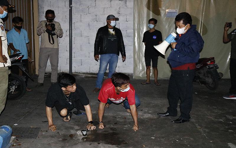 Kepala Satpol PP Kota Semarang, Fajar Purwoto, memberikan hukuman bagi pelanggaran aturan PPKM, Rabu (13/1/2021). - Bisnis/Muhammad Faisal Nur Ikhsan