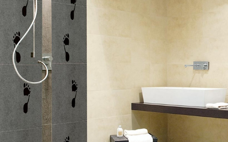 Kamar Mandi. Keramik biasa terdiri dari dua lapisan, yakni glazur dan tanah liat. Adapun homogenous tile merupakan ubin yang bersifat homogen, yang mana lapisan atas dan bawah yang menyusun body tile-nya memiliki mutu material dan warna yang sama. -  Foto Granito