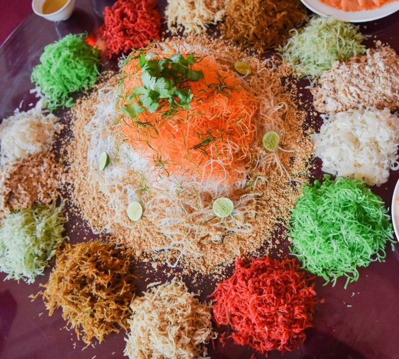 Yee sang atau yusheng adalah masakan Tiochiu berupa salad ikan segar ditambah irisan halus sayuran seperti wortel dan lobak. Daging ikan yang dipakai adalah irisan ikan tuna atau ikan salem yang sebelumnya bisa sudah direndam dalam campuran minyak wijen, minyak goreng, dan merica. - ilustrasi