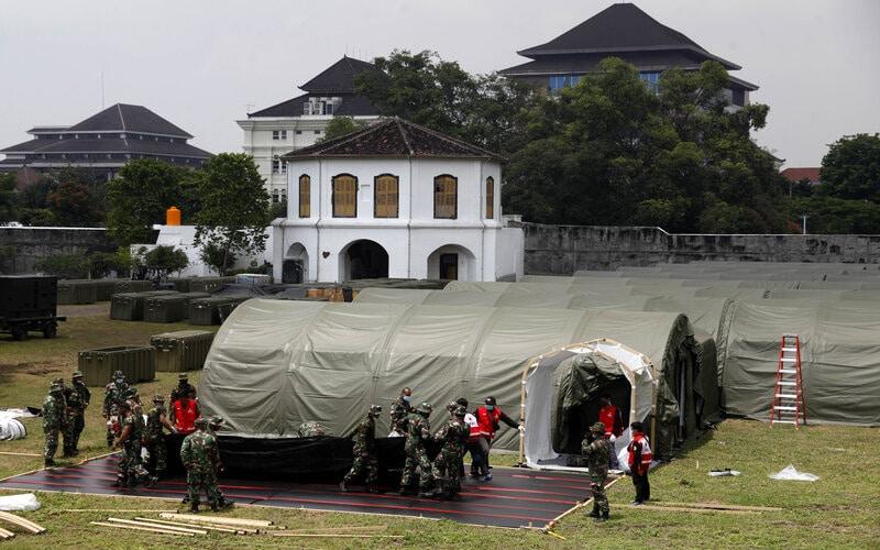 Personel TNI dan PMI Kota Solo menyelesaikan pembangunan Rumah Sakit Lapangan (Rumkitlap) TNI di Benteng Vastenburg, Solo, Jawa Tengah, Senin (25/1/2021). - Antara/Maulana Surya.