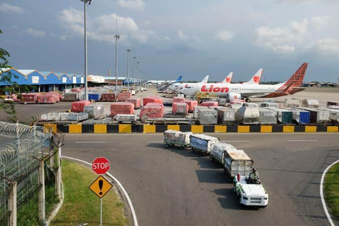 Petugas melakukan bongkar muat barang di Terminal Kargo Bandara Soekarno-Hatta, Tangerang, Banten, Senin (25/2/2019). - Bisnis/Felix Jody Kinarwan