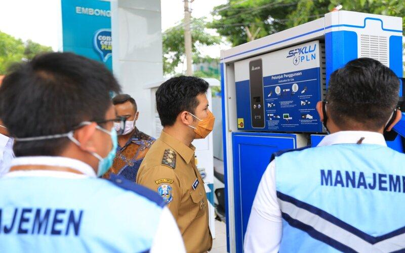 Wakil Gubernur Jatim Emil Elestianto Dardak meninjau Stasiun Pengisian Kendaraan Listrik Umum (SPKLU).
