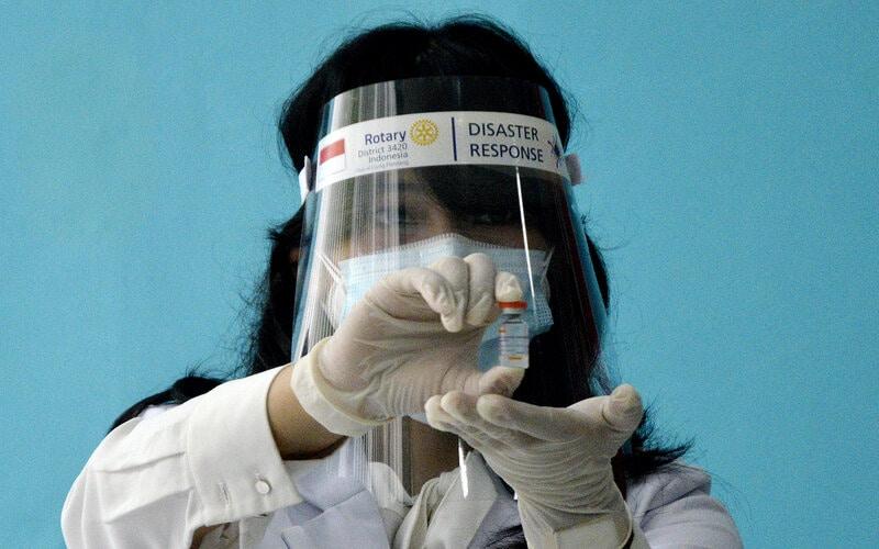 Petugas medis memperlihatkan cairan vaksin saat pelaksanaan vaksinasi Covid-19 di Rumah Sakit Khusus Dadi Makassar, Sulawesi Selatan, Kamis (14/1/2021). - Antara/Abriawan Abhe.