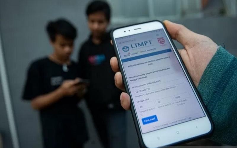 Sejumlah lulusan SMA mencari informasi hasil Seleksi Bersama Masuk Perguruan Tinggi Negeri (SBMPTN) 2020 di Depok, Jawa Barat, Jumat (14/8/2020). - Antara