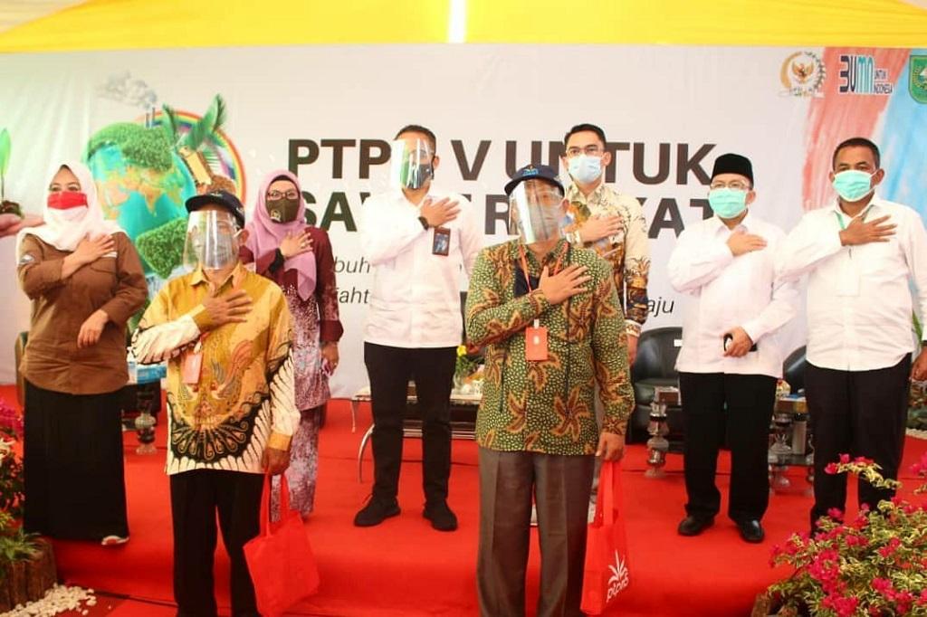 Foto: Setiyono, Ketua KUD Tunas Muda (kiri depan) dan CEO PTPN V Jatmiko K. Santosa (tengah) saat menyerahkan bibit sawit unggul beberapa waktu lalu, di Kabupaten Siak, Riau. PTPN V memberikan bantuan modal kerja bergilir dan bergulir untuk usaha sampingan Petani sawit yang lahannya diremajakan. Baru/baru ini Perusahaan menyalurkan Rp 1 miliar untuk 20 usaha ternak sapi integrasi sawit milik petani plasma PTPN V di Siak.