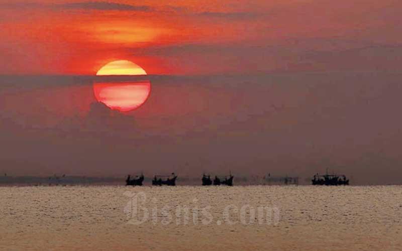 Perahu nelayan berlayar mencari ikan di Pantai Baro Gebang, Kabupaten Cirebon, Jawa Barat, Kamis (25/6/2020). Bisnis - Rachman