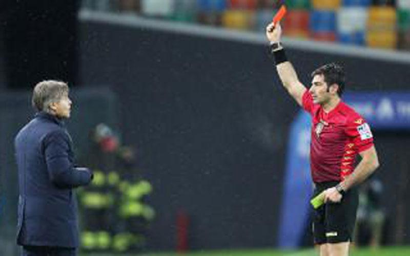 Wasit Fabio Maresca memberi kartu merah kepada pelatih Inter Milan Antonio Conte. - Football Italia