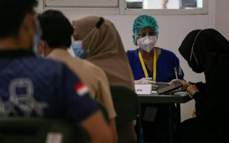 Seorang calon penerima vaksin dicek kesiapannya sebelum mengikuti vaksinasi Covid-19, di Rumah Sakit Darurat (RSD) Wisma Atlet Kemayoran, Jakarta, Jumat (22/1/2021). - Antara\r\n
