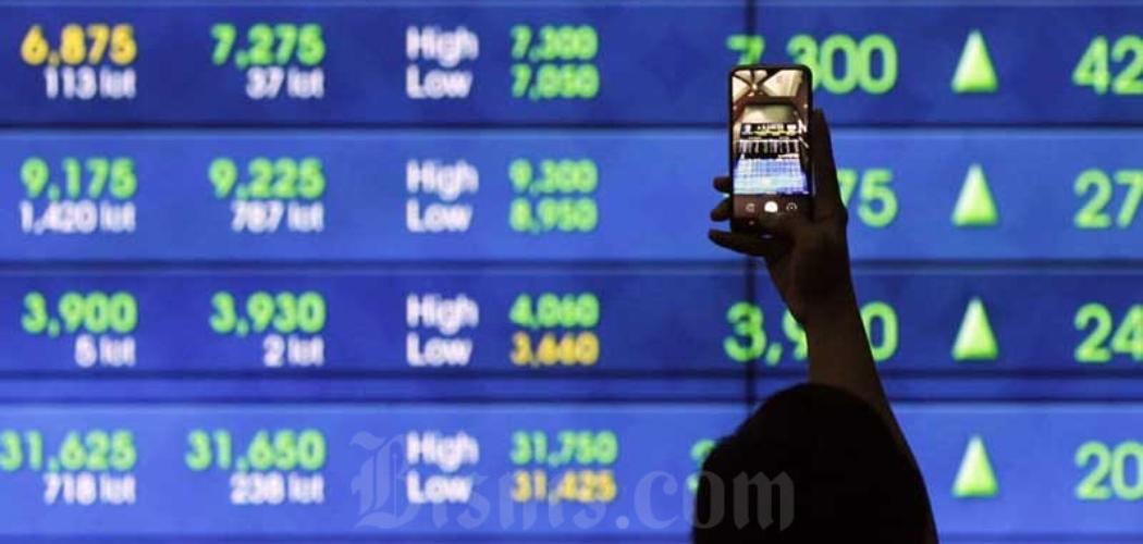 Karyawan beraktivitas di dekat layar pergerakan Indeks Harga Saham Gabungan (IHSG) di Bursa Efek Indonesia, Jakarta, Selasa (8/9/2020). - Bisnis/Himawan L Nugraha