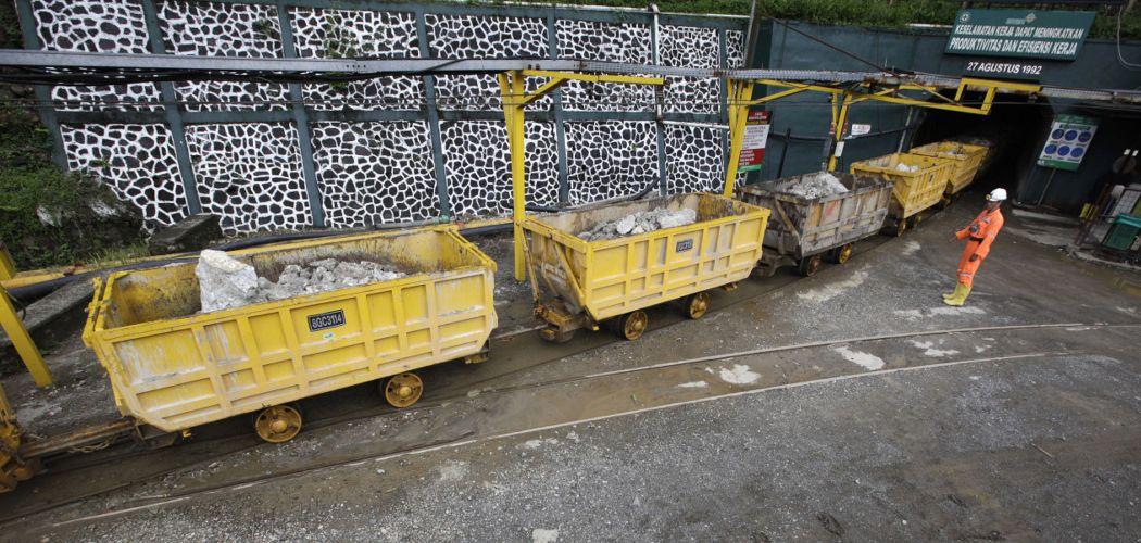 Mobil tambang yang mengangkut bijih batu muncul dari terowongan di tambang emas PT Aneka Tambang Tbk. (ANTM) di Pongkor, Jawa Barat, Indonesia, pada Kamis 7 November 2013. - Bloomberg/Dadang Tri