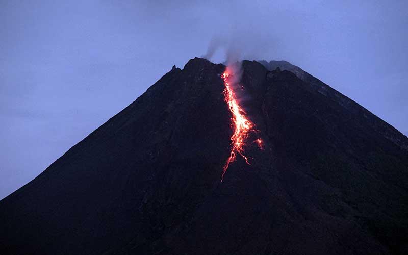 Gunung Merapi mengeluarkan lava pijar yang terlihat dari Tunggularum, Wonokerto, Turi, Sleman, D.I Yogyakarta, Rabu (7/1/2021). ANTARA FOTO - Andreas Fitri Atmoko