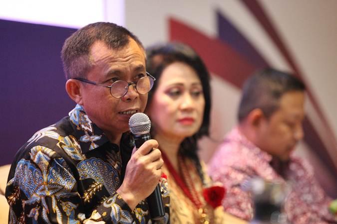 Direktur Utama PT Mora Telematika Indonesia (Moratelindo) Galumbang Menak didampingi direksi lainnya memberikan penjelasan mengenai kinerja perusahaan di Jakarta, Rabu (12/6/2019). - Bisnis/Dedi Gunawan