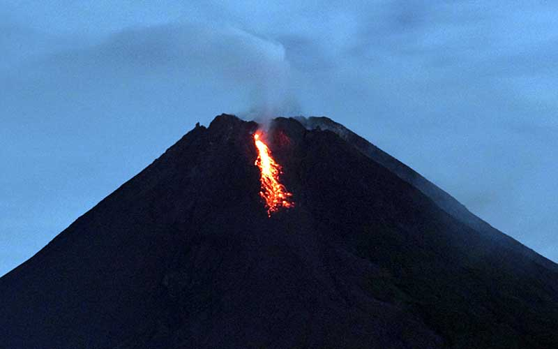 Gunung Merapi mengeluarkan lava pijar yang terlihat dari rnTunggularum, Wonokerto, Turi, Sleman, D.I Yogyakarta, Rabu (7/1/2021). - Antara/Andreas Fitri Atmoko