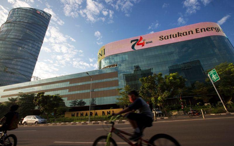 Sejumlah warga beraktivitas menggunakan sepeda di depan gedung BNI, Jakarta.  - Dokumen BNI