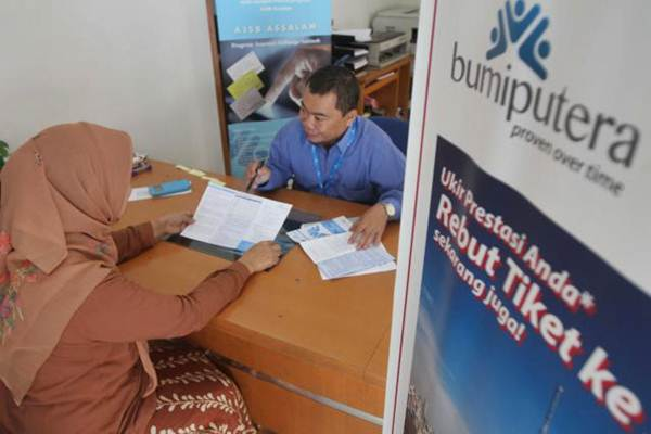 Karyawan melayani nasabah di kantor cabang PT Asuransi Jiwa Bumiputera, di Jakarta, Selasa (7/11/2017). - JIBI/Endang Muchtar