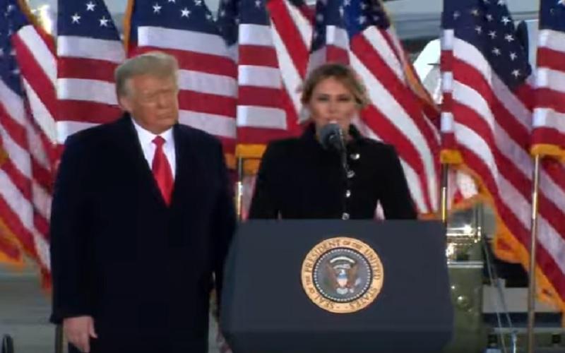 Presiden AS Donald Trump dan Ibu Negara AS Melania Trump menyampaikan pidato di depan para pendukungnya sebelum meninggalkan Washington DC, Rabu (20/2/2021). JIBI - Bisnis/Nancy Junita