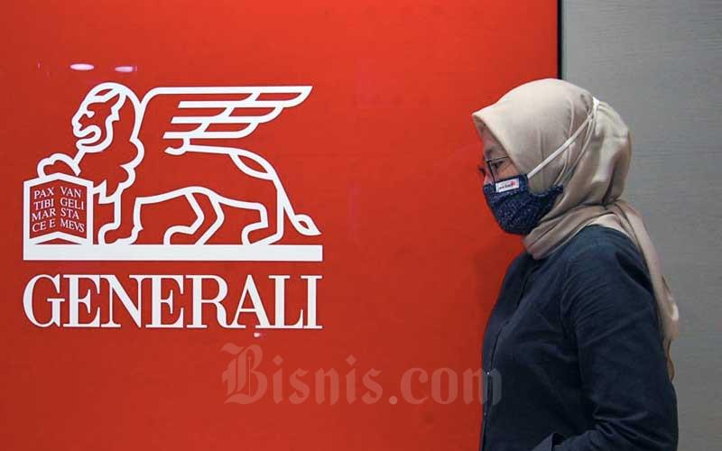Karyawan melintas di dekat logo PT Asuransi Jiwa Generali Indonesia di Jakarta, Kamis (2/7/2020). Bisnis - Himawan L Nugraha