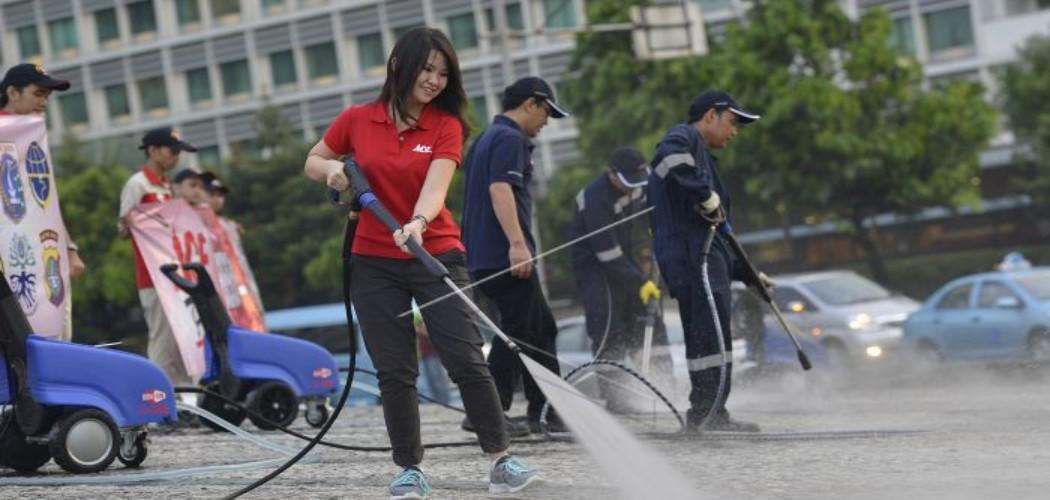 Teresa Wibowo (keempat dari kanan) ikut membersihkan Bunderan Air Mancur Tugu Selamat Datang Hotel Indonesia menggunakan produk dari Nilfisk High Pressure Cleaner di Jakarta, Sabtu (19/4). ANTARA FOTO - Widodo S. Jusuf