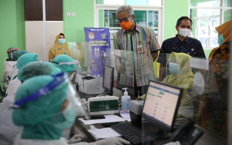 Gubernur Jateng Ganjar Pranowo melihat Pelaksanaan Vaksinasi untuk tenaga kesehatan di RSUD Sunan Kalijaga, Demak, Selasa (26/1/2021). - Dok Pemprov Jateng