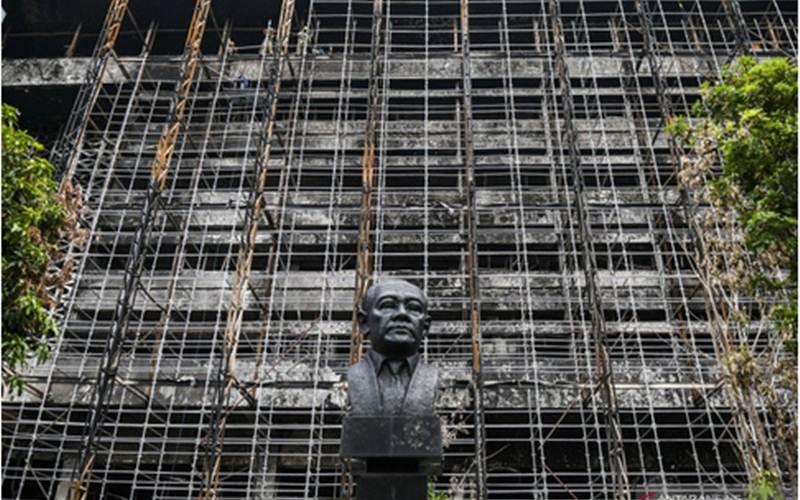 Pekerja memasang steger atau perancah untuk merenovasi gedung utama Kejaksaan Agung di Jakarta, Rabu (7/10/2020). - Antara/Galih Pradipta