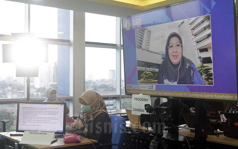 Layar menampilkan Direktur Pencegahan dan Pengendalian Penyakit Menular Langsung Kementerian Kesehatan Siti Nadia memberikan pemaparan dalam acara Bisnis Indonesia Business Challenges 2021 di Jakarta, Selasa (26/1/2021). Bisnis - Himawan L Nugraha