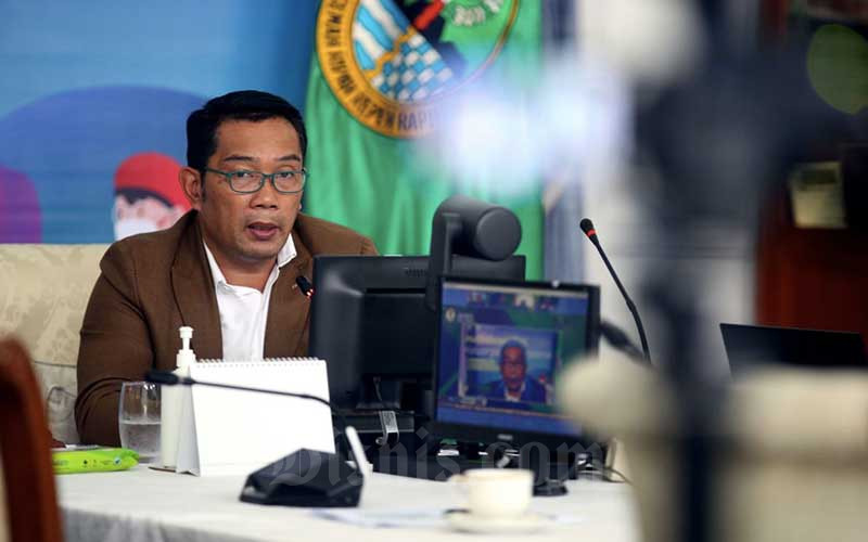 Gubernur Jawa Barat Ridwan Kamil menyampaikan pemaparan pada diskusi webinar Bisnis Indonesia Business Challenges 2021 di Gedung Negara Pakuan, Bandung, Jawa Barat, Selasa (26/1/2021). Bisnis - Rachman