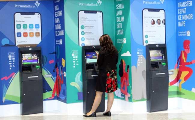 Nasabah melakukan transaksi perbankan melalui anjungan tunai mandiri Bank Permata di Jakarta, Rabu (12/2/2020). Bisnis - Dedi Gunawan