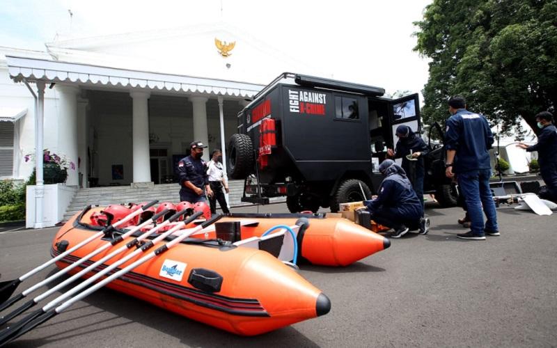 Tim KLHK mengecek kelengkapan mobil pengawasan saat akan diserahterimakan ke Pemerintah Provinsi Jawa Barat di Gedung Negara Pakuan, Bandung, Jawa Barat, Selasa (26/1). - Bisnis/Rachman