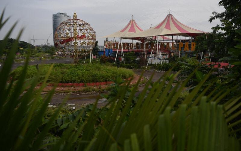 Suasana dan kondisi Suroboyo Carnival Park di Surabaya, Jawa Timur, Senin (25/1/2021). Suroboyo Carnival Park yang merupakan salah satu tempat wisata malam hari untuk keluarga di Surabaya tersebut berhenti beroperasi dan terpaksa dibongkar akibat pandemi Covid-19. - Antara/Zabur Karuru.
