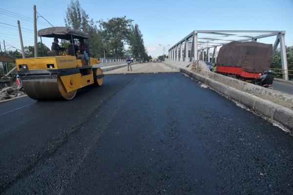 Ilustrasi: Pekerja mengoperasikan alat berat untuk menyelesaikan pengaspalan jalan penghubung jembatan Kalipah di Jalur Pantura, Tegal, Jawa Tengah, Kamis (23/6/2016). - Antara/Oky Lukmansyah