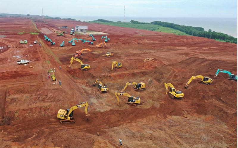 Proses pembangunan Kawasan Industri Terpadu Batang. Proses Cut & Fill masih dilakukan untuk mempersiapkan kondisi lahan.  -  PT. KITB / Istimewa