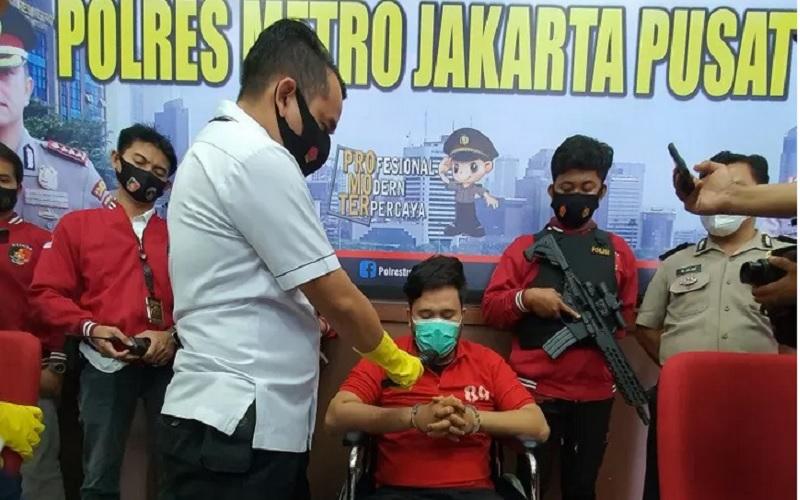 Kasatreskrim Polres Metro Jakarta Pusat AKBP Burhanuddin menanyakan motif NK (31) pelaku pembegal perwira marinir yang buron 3 bulan dan sudah 11 kali melakukan pembegalan terhadap pesepeda, Selasa (26/1/2021).  - Antara\r\n