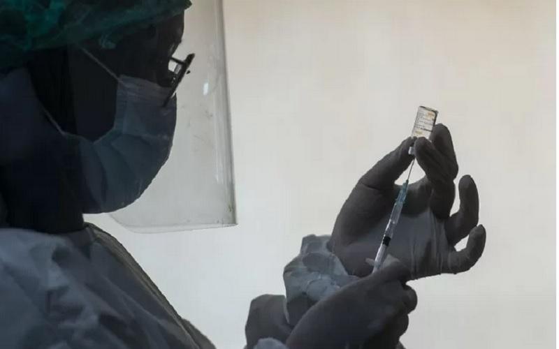 Petugas medis sebelum penyuntikan vaksin CoronaVac di Puskesmas Cilincing, Jakarta, Kamis (14/1/2021). - Antara