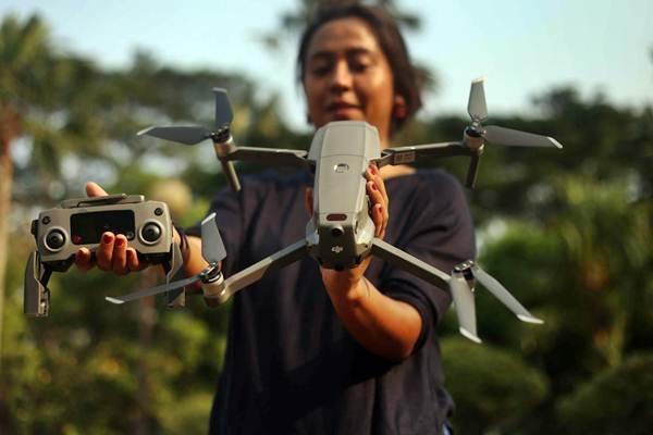 Model memperlihatkan drone terbaru seri Mavic 2 Pro di Jakarta, Jumat (12/10/2018). - JIBI/Nurul Hidayat