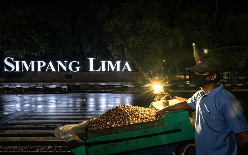 Pedagang kaki lima di kawasan Simpang Lima, Semarang, Jawa Tengah, Jumat (1/1/2021). - Antara/Aji Styawan.