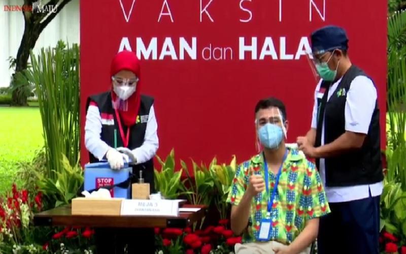 Artis Raffi Ahmad mendapat suntikan vaksin CoronaVac kedua di Istana Negara, Rabu (27/1/2021). JIBI - Bisnis/Nancy Junita