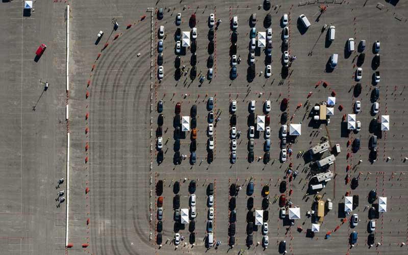 Kendaraan berbaris di lokasi vaksinasi Covid-19 di tempat parkir Stadion Dodger di Los Angeles. Situs ini dapat menginokulasi 12.000 orang sehari ketika beroperasi penuh. Bloomberg - Bing Guan