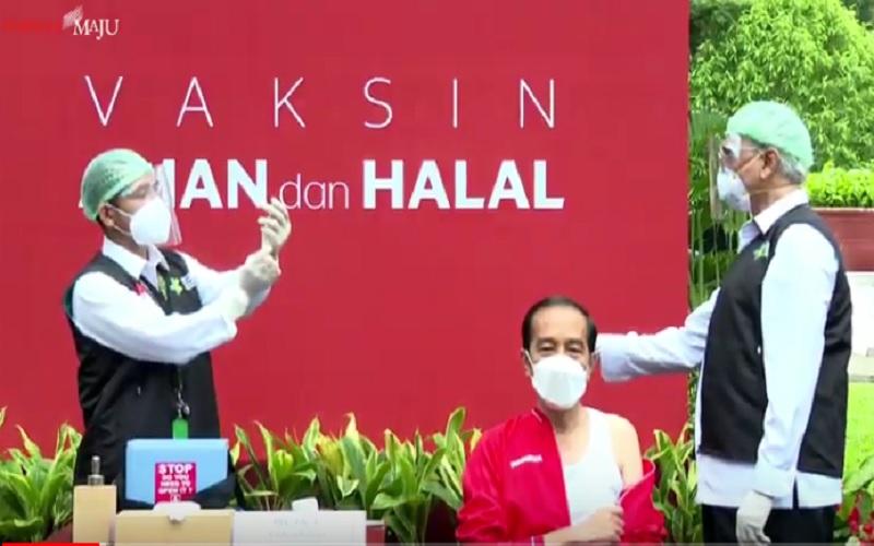 Vaksinator Presiden Joko Widodo Abdul Muthalib (kanan) bersiap-siap menyuntikkan CoronaVac kepada Presiden, Rabu (27/1/2021). JIBI - Bisnis/Nancy Junita