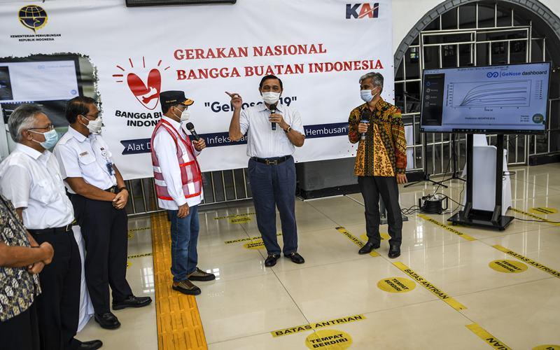 Menteri Koordinator Bidang Kemaritiman dan Investasi, Luhut Binsar Pandjaitan (kedua kanan) bersama Menteri Perhubungan Budi Karya Sumadi (ketiga kanan), Kepala Produksi Konsorsium GeNose C19 Eko Fajar Prasetyo (kanan) dan Dirut PT KAI Didiek Hartantyo (kedua kiri) usai mencoba GeNose C19 di Stasiun Pasar Senen, Jakarta, Sabtu (23/1/2021). - Antara