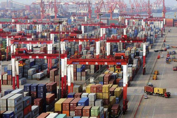 Pelabuhan Qingdao di Shandong, China. - Reuters