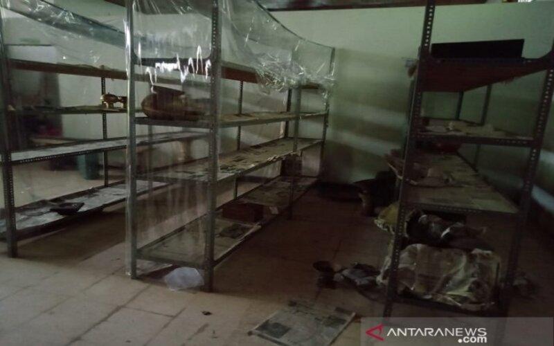 Tempat etalase, barang-barang koleksi Museum Sultra di Kendari, yang tersimpan dalam gudang koleksi dicuri maling pada Selasa 26/1 malam. - Antara/Azis Senong.)