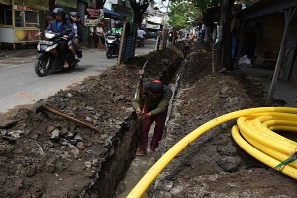 Pekerja menggarap pemasangan pipa gas untuk disalurkan ke permukiman. - Antara