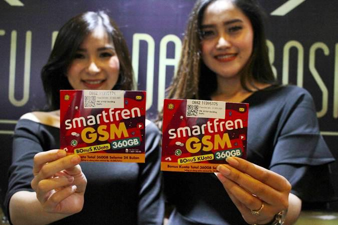 Model memperlihatkan Kartu Perdana BosKu (Bonus Kuota) saat peluncurannya di Jakarta, Selasa (26/3/2019). - Bisnis/Abdullah Azzam