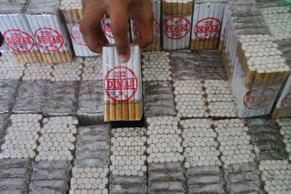 Rokok ilegal sitaan di Batu, Jawa Timur, Selasa (18/4). - Antara/Ari Bowo Sucipto