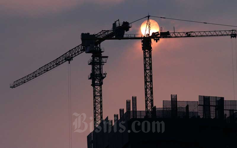 Aktifitas pembangunan gedung apartemen di Jakarta, Sabtu (6/6/2020). Bisnis - Dedi Gunawan