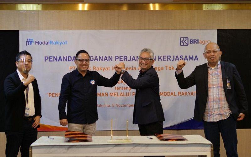 Direktur Utama Modal Rakyat Hendoko (kedua kiri) dan Direktur BRI Agro Ebeneser Girsang (kedua kanan) berjabat tangan dalam peresmian kerja sama di Jakarta, Kamis (5/11/2020).  - Dok. Modal Rakyat